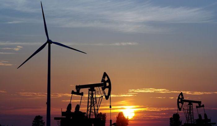 ¿Es mejor invertir en petróleo o en renovables?
