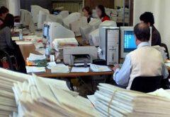 Empleados públicos en España: pocos pero caros